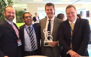 Robert Neale, CEO Portland Trust (al doilea de la dreapta), tinand in mana trofeul